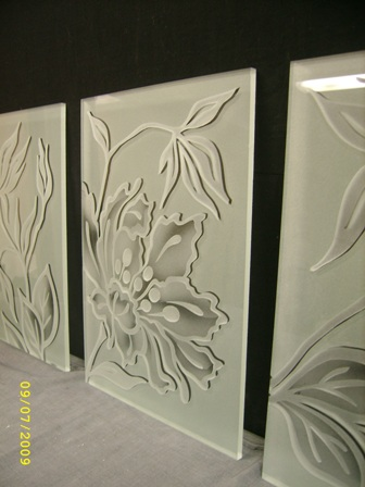 engraved and frosted glass composition